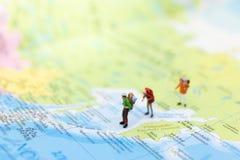 Miniatyrfolk: handelsresande som går på det thailändska språket för översikt Van vid lopp till destinationer på begrepp för loppa arkivfoto