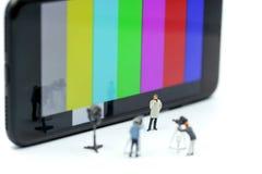 Miniatyrfolk: journalister kameraman, Videographer på arbete Royaltyfri Bild