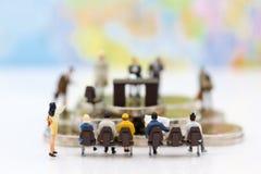 Miniatyrfolk: Rekryterareintervjusökanden Avbilda bruk för bakgrundsval av bästa anpassad anställd, royaltyfria foton