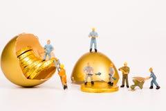 Miniatyrfolk som arbetar i guld- min Royaltyfri Foto