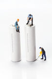 Miniatyrfolket - arbetare som flyttar sig och, återanvänder batterier Royaltyfri Fotografi