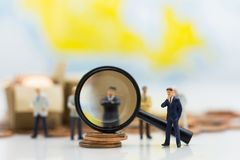 Miniatyrfolket, grupp av affärsmän arbetar med laget, genom att använda som bakgrundsval av bästa anpassad anställd, timme, HRM,  Arkivbild