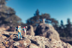 Miniatyrfotvandrare med ryggsäckar fotografering för bildbyråer