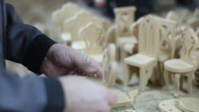 Miniatyrhand - gjort trämöblemang lager videofilmer