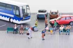 Miniatyrhandelsresande med lagledaren och bilnärbild Royaltyfri Bild