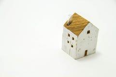 Miniatyrhus på vit bakgrund Arkivfoto