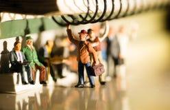 Miniatyrleksak av folk som reser från arbete på ett kollektivtrafikbegrepp royaltyfria bilder
