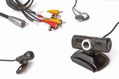 Miniatyrmikrofon, webcam och hörlurar Arkivbild