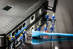 Miniatyrnätverksteknikerer på arbete begrepp isolerad teknologiwhite Royaltyfri Bild