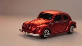 Miniatyrorange Volkswagen Beetle leksakbil arkivbilder