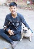 Miniatyrpinscher, mopshund och pojke Fotografering för Bildbyråer
