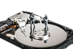 Miniatyrsoldater som skyddar datorhårddisk begrepp isolerad teknologiwhite Arkivbilder