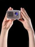 Minibeamer apresentou com duas mãos Fotos de Stock Royalty Free