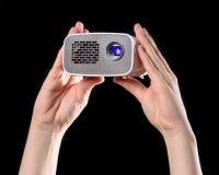 Minibeamer apresentou com duas mãos Imagens de Stock