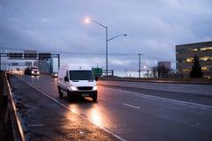 Minibestelwagen voor het commerciële lading leveren en pakket verschepen stock fotografie