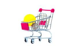 Miniboodschappenwagentje of supermarktkarretje met geel wolfram l royalty-vrije stock afbeelding