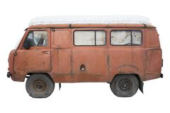 Minibus alaranjado velho com um tampão da neve, isolado imagens de stock