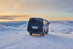 Minibus au dessus de passage Un déclin L'hiver kolyma Photographie stock libre de droits