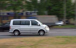 Minibus brouillé par gris de mouvement Photographie stock libre de droits
