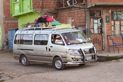 Minibus dans Tiquina, Bolivie Photos libres de droits