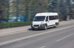 Minibus iść na miasto ulicie Zdjęcie Stock