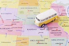Minibus na mapie obrazy stock