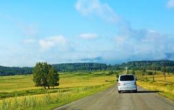 Minibus op de weg van het land Stock Fotografie