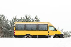 Minibus pod śniegiem zdjęcie royalty free
