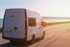 minibus rusza się wzdłuż autostrady fotografia stock