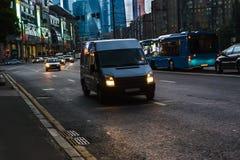 Minibus se déplaçant le long de l'avenue Image stock