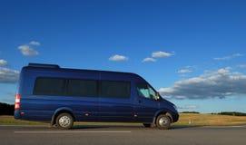 Minibus sulla strada principale Immagine Stock