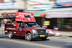 Minibus tailandês vermelho movente Imagens de Stock Royalty Free