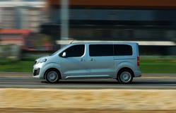 Minibus w ruchu obrazy stock