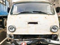 Minibuss för bil för runda för metall för gammal retro tappninghipster rostig oxiderad för hippier från 60-tal, 70-tal, 80-tal, 9 royaltyfria bilder