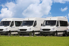 Minibussen en bestelwagens buiten Royalty-vrije Stock Afbeelding