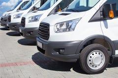 Minibussen en bestelwagens buiten Stock Foto