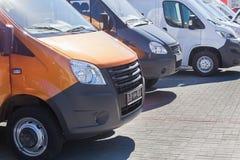 Minibussen en bestelwagens buiten Stock Fotografie