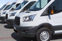 Minibussen en bestelwagens buiten Royalty-vrije Stock Afbeeldingen