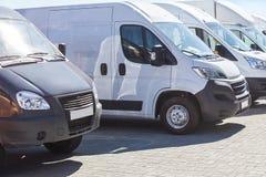 Minibussen en bestelwagens buiten Royalty-vrije Stock Foto's