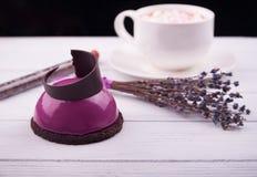 Minicake met zwarte bes en romige mousse Royalty-vrije Stock Foto's