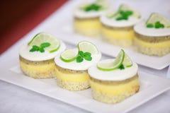 Minicakes doux avec des fruits Images libres de droits
