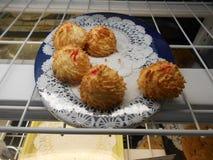 Minicakes op een schotel Stock Afbeeldingen