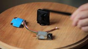 Minicamera en videozenderinstallatie stock videobeelden
