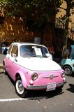 Minicar rosa d'annata adorabile nel salone dell'automobile classico il giorno dell'Australia Immagini Stock Libere da Diritti