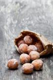 Minidoughnuts in document zak op rustieke houten lijst Royalty-vrije Stock Foto's
