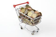 MiniEinkaufswagen mit Euromünzen Stockfoto
