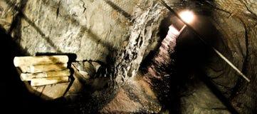 Miniera abbandonata con attrezzatura immagini stock