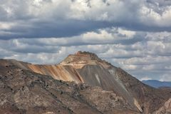 Miniera a cielo aperto per estrazione mineraria del minerale di ferro immagine stock