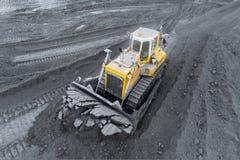 Miniera a cielo aperto, separazione della razza Carbone di estrazione mineraria Il bulldozer ordina il carbone Industria estratti fotografia stock