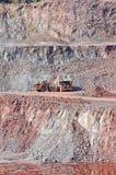 Miniera della cava della roccia del porfido scavatrice che carica un autocarro con cassone ribaltabile Fotografie Stock